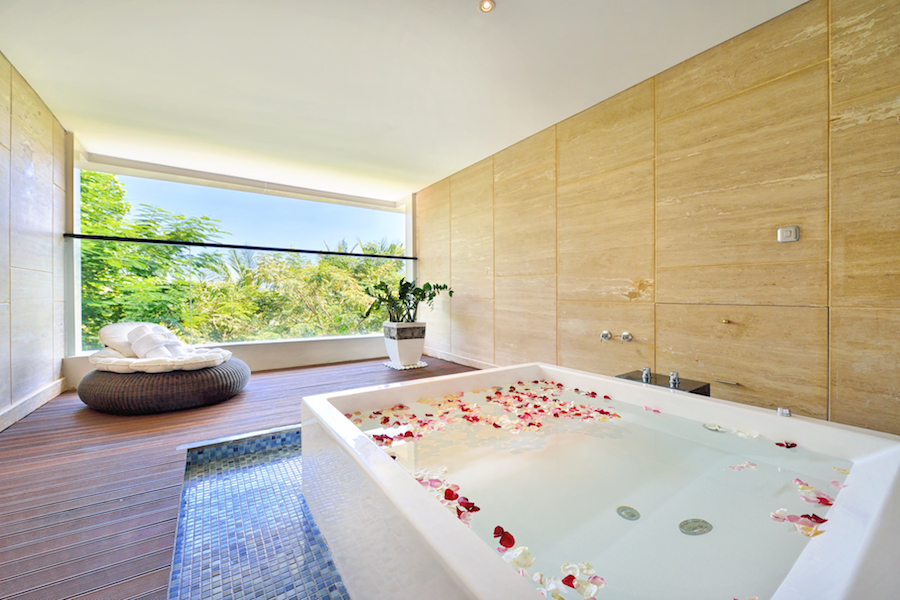 DevinSky Hotel seminyak Jacuzzi Suite Room with Romantic Setup (3)