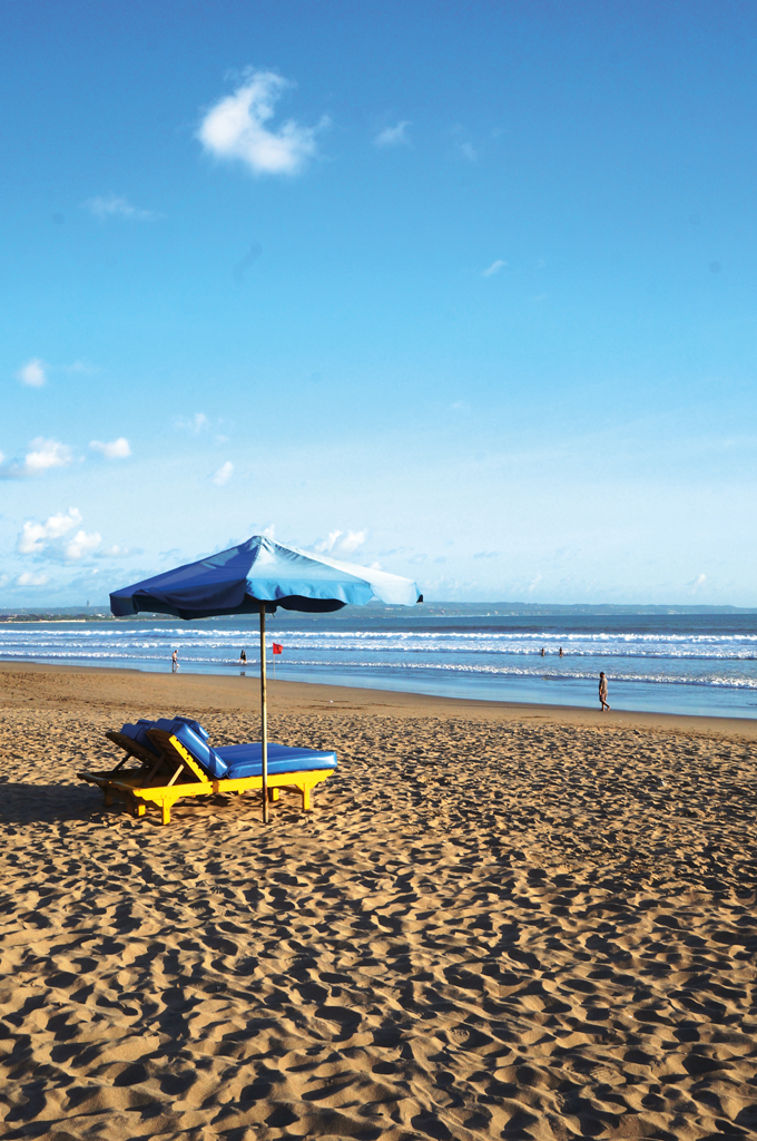 Daybeds-are-calling-for-beach-enthusiast-to-come-and-relax-on-Seminyak-beach